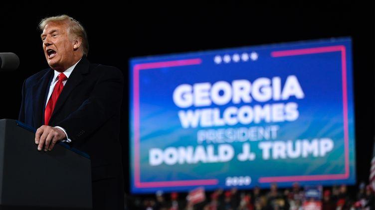 Donald Trump lors d'un meeting de campagne pour les sénatoriales dans l'Etat de Géorgie, le 5 décembre 2020, à l'aéroport régional de Valdosta (Etats-Unis). (ANDREW CABALLERO-REYNOLDS / AFP)