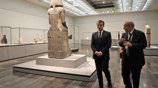 Emmanuel Macron et le ministre des Affaires étrangères Jean-Yves Le Drian, le 8 novembre 2017 au Louvre Abu Dhabi lors de son inauguration. (LUDOVIC MARIN / AFP)