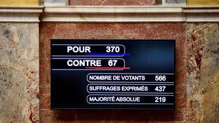 Le tableau des résultats du vote de confiance, le 4 juillet 2017 à l'Assemblée nationale. (MARTIN BUREAU / AFP)