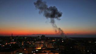 Des frappes aériennes de l'armée israélienne visent Rafah, dans la bande de Gaza, où l'on voit un panache de fumée s'élever dans le ciel, le 12 novembre 2018. (SAID KHATIB / AFP)