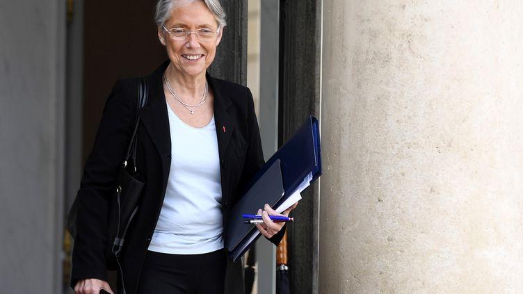 La ministre de la Transition écologique, Elisabeth Borne, à la sortie de l'Elysée, le 13 mai 2020. (JULIEN DE ROSA / POOL)