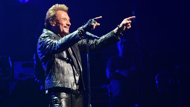 Le chanteur Johnny Hallyday se produit sur la scène du Beacon Theatre à New York, le 7 octobre 2012. (EMMANUEL DUNAND / AFP)