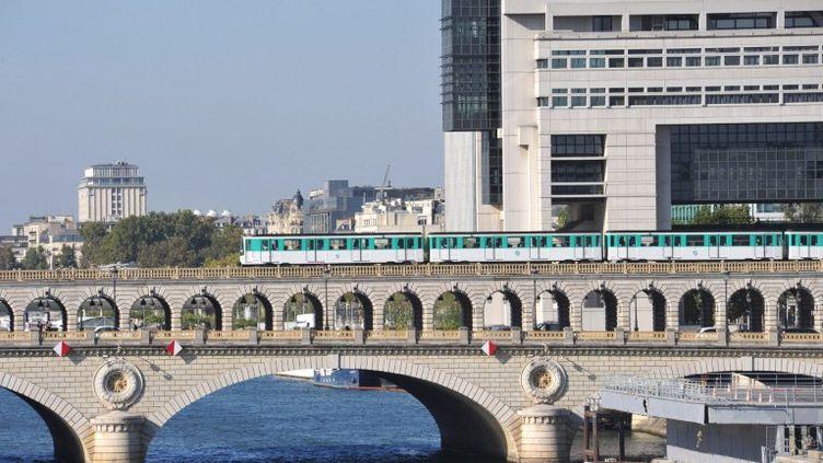 Derrière le métro parisien, le ministère de l'Economie et des Finances, à Paris. (ANTOINE LORGNIER / ONLY FRANCE / AFP)