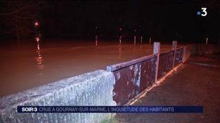 Un mur anti-crue est proche d'être dépassé par le niveau de la Marne. (FRANCE 3)