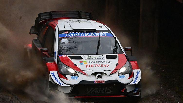 Elfyn Evans sous la pluie et dans la boue à Monza au volant de sa Toyota (MIGUEL MEDINA / AFP)