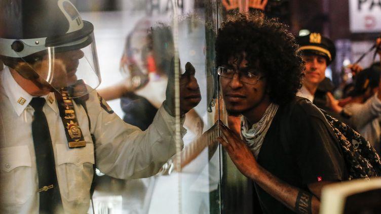 Un manifestant fait face à la police durant une manifestation à Baltimore le 29 avril. (KENA BETANCUR / GETTY IMAGES NORTH AMERICA)