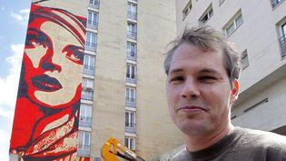 Shepard Fairey, alias Obey, devant sa fresque parisienne, le 17 juin 2012.  (Pierre Verdy / AFP)