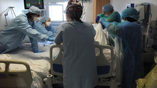 Des soignants au chevet d'un malade contaminé par le Covid-19, à l'hôpital privé Jacques Cartier, à Massy (Essonne), le 26 avril 2020. (PASCAL BACHELET / BSIP / AFP)