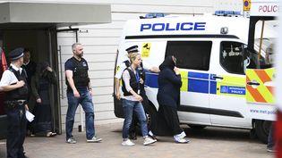 Deu femmes arrêtées par des policiers, le 4 juin 2017 à Barking, dans la banlieue de Londres (Royaume-Uni), au lendemain d'une attaque terroriste. (JUSTIN TALLIS / AFP)