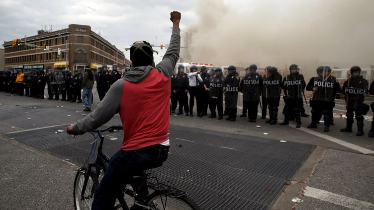 Un manifestant défie la police lors des émeutes qui ont secoué Baltimore (Maryland, Etats-Unis), lundi 27 avril 2015. (JIM BOURG / REUTERS)
