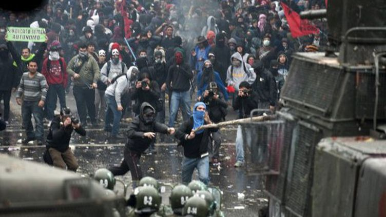 Affrontements entre manifestants et policiers à Santiago du Chili, le 25 août 2011. (AFP - Martin Bernetti)
