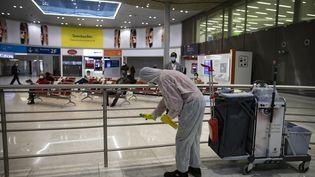 Une opération de désinfection dans un terminal de l'aéroport Charles-de-Gaulle, le 14 mai 2020 à Roissy. (IAN LANGSDON / EPA POOL / AFP)