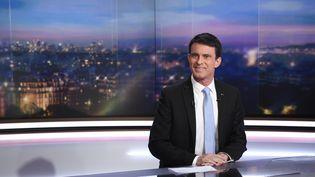 Le candidat à la prmaire de la gauche Manuel Valls sur le plateau du JT de 20 heures de TF1 le 23 janvier 2017. (LIONEL BONAVENTURE / AFP)