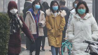 Des habitants de Pékin, en Chine, portent un masque, le 13 février 2020. (KOKI KATAOKA / YOMIURI / AFP)