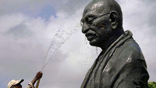 Un employé nettoie la statue de Gandhi à la veille de l'anniversaire de la naissance du Mahatmaà Bhubaneswar (Inde), le 1er octobre 2012. (BISWARANJAN ROUT / AP / SIPA)