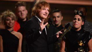"""Ed Sheeran reçoit le Grammy music Award pour la chanson de l'année """"Thinking out loud"""" (5 février 2016)  (ROBYN BECK / AFP)"""