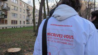 Des militants du Mouvement des jeunes socialistes (MJS) s'apprêtent à effectuer une opération de porte-à-porte à Clichy-sous-Bois, le 10 décembre 2010. (ILAN CARO / FTVI)
