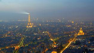 La tour Eiffel et les rues de Paris, illuminées à la nuit tombée, le 29 février 2016. (JEAN ISENMANN / ONLY FRANCE / AFP)