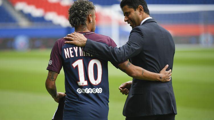L'attaquant brésilien Neymar et le président du PSG, Nasser Al-Khelaifi, lors de la présentation officielle du joueur au Parc des Princes, vendredi 4 août 2017 à Paris. (LIONEL BONAVENTURE / AFP)