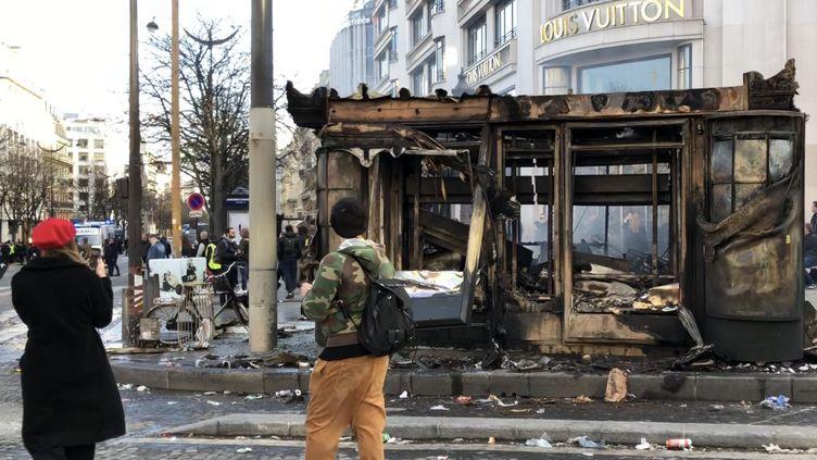 Le kiosque de Michelle incendié le 16 mars 2019 sur les Champs-Elysées à Paris. (MATTHIEU MONDOLONI / FRANCE-INFO)