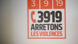 Numéro de téléphone d'urgence (39 19) pour lutter contre les violencesconjugale. Le 3 septembre 2019 à l'hôtel Matignon, lors du Grenelle des violences conjugales. (ERIC FEFERBERG / AFP)
