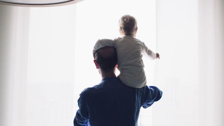 A terme, en 2021, les pères espagnols auront droit à un congé aussi long que celui des mères à la naissance de leur enfant. (Photo d'illustration) (ANNE-SOPHIE BOST / AFP)