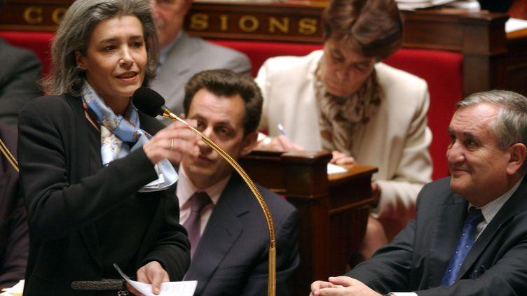 Claudie Haigneré, à l'Assemblée nationale le 10 décembre 2002, aux côtés du Premier ministre Jean-Pierre Raffarin et Nicolas Sarkozy, ministre de l'Intérieur. (ERIC FEFERBERG / AFP)