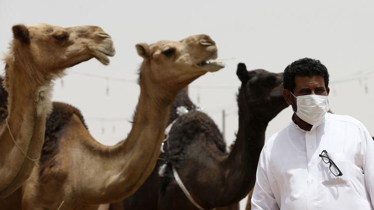 Un Saoudien se protège avec un masque pour éviter d'être contaminé par le Coronavirus Mers, le 11 mai 2014 à Al-Thamama (Arabie Saoudite). (FAISAL NASSER / REUTERS)