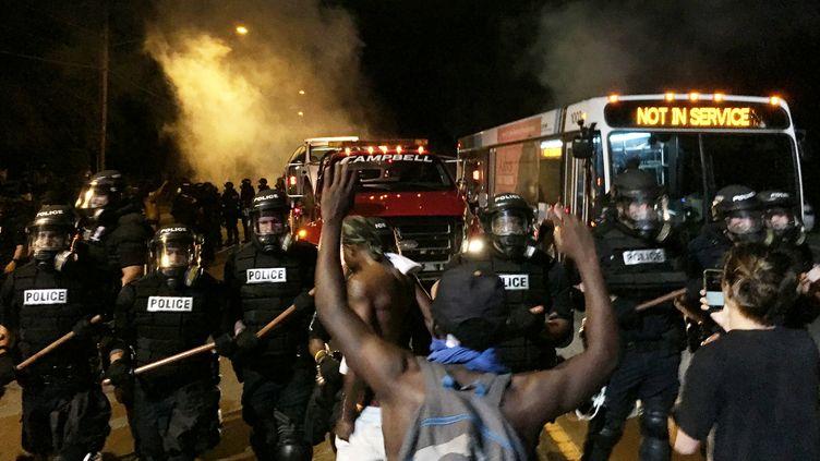 Un manifestant face à des policiers, à Charlotte (Caroline du Nord), aux Etats-Unis, mardi 20 septembre 2016. (REUTERS)