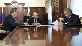 Le président russe Vladimir Poutine, le ministre des Affaires étrangères russe et le ministre de la défense russe à Moscou, le 29 décembre 2016. (MIKHAIL KLIMENTYEV/AP/SIPA / AP)