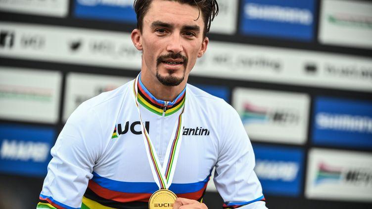 Le Français Julian Alaphilippe ému sur le podium après avoir reçu son titre de champion du monde à Imola (Italie), le 27 septembre 2020.  (MARCO BERTORELLO / AFP)