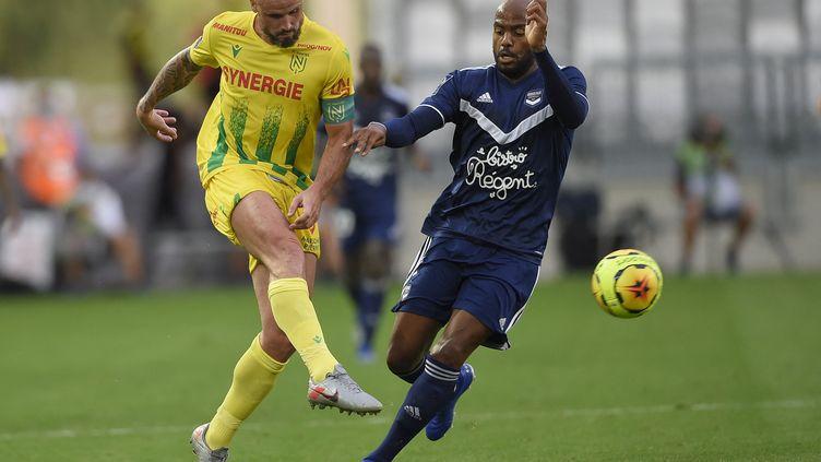 Nicolas Pallois (FC Nantes) face à Jimmy Briand (Girondins de Bordeaux) à l'occasion du match aller, le 21 août 2020. (NICOLAS TUCAT / AFP)