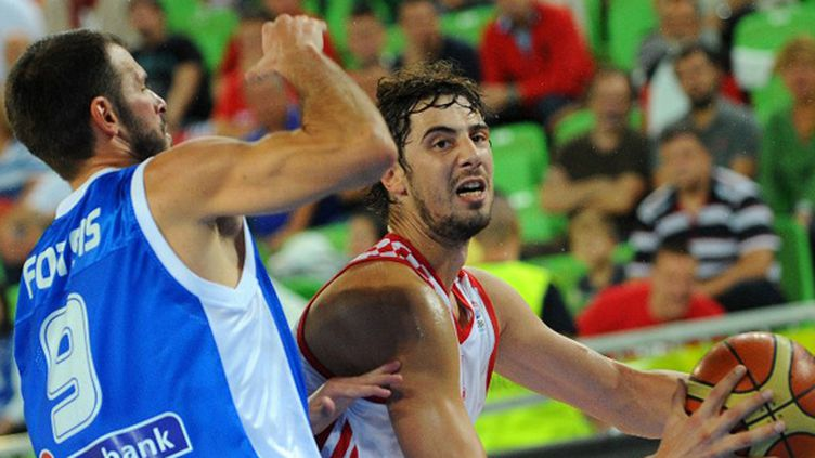 Ante Tomic à la lutte avec Antonis Fotsis (ANDREJ ISAKOVIC / AFP)