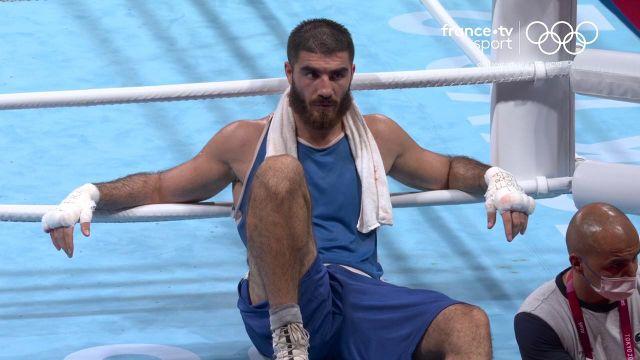 Incroyable image de Mourad Aliev qui refuse de quitter le ring. Le boxeur n'a pas accepté sa disqualification lors de son quart de finale après avoir envoyé plusieurs coups de tête selon l'arbitre.