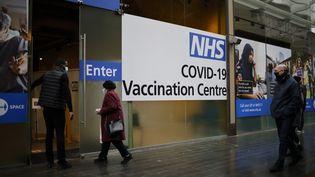 Un centre de vaccination dans un centre commercial de Londres (Royaume-Uni), le 15 février 2021. (TOLGA AKMEN / AFP)