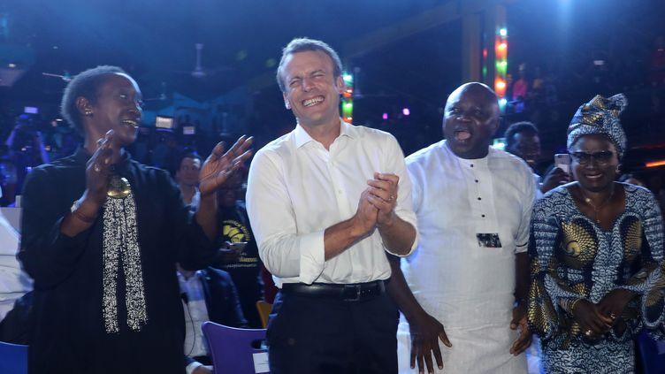 Emmanuel Macron en visite à l'Afrika Shrine, une boîte de nuit de Lagos (Nigeria), le 3 juillet 2018. (LUDOVIC MARIN / AFP)