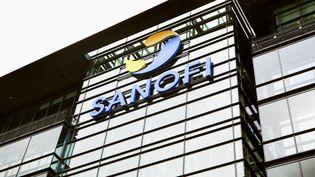 Le logo Sanofi sur la façade d'un immeubledu groupe, à Paris, en 2014. (IMAGE POINT FR / BSIP / AFP)