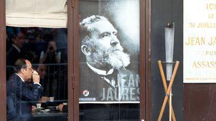 François Hollande est attablé dans l'ancien Café du Croissant, jeudi 31 juillet 2014, à Paris, là où Jean Jaurès a été assassiné un siècle auparavant. (KENZO TRIBOUILLARD / AFP)