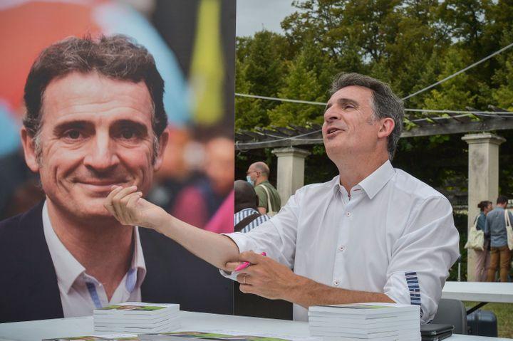 """Eric Piolle lors d'une dédicace pour son livre """"De l'espoir ! - Pour une république écologique"""" aux journées d'été des écologistes, le 21 août 2021, à Poitiers (Vienne). (HARSIN ISABELLE / NOSSANT / SIPA)"""