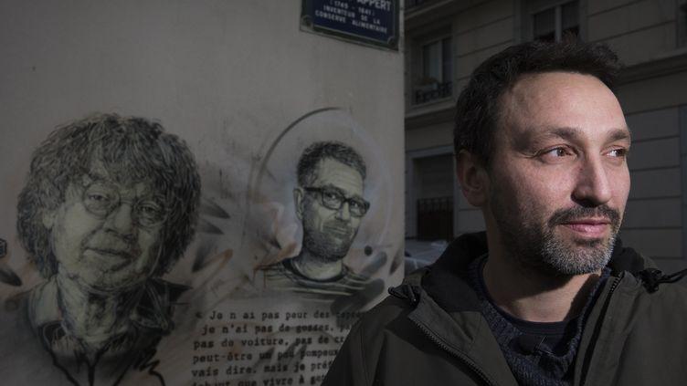 C215 devant ses pochoirs sur le mur de Charlie Hebdo, janvier 2016  (JOEL SAGET / AFP)