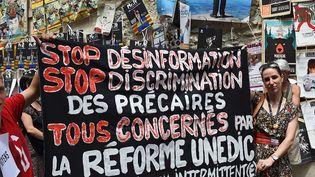 Des intermittents du spectacle manifestent pendant le festival d'Avignon, le 19 juillet 2014. (ANNE-CHRISTINE POUJOULAT / AFP)