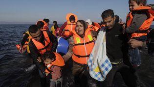 Des migrants arrivent sur l'île grecque de Lesbos, le 16 novembre 2015. (MAXPPP)