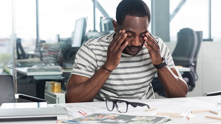 Sur les 100 000 à 120 000 infarctus survenant en France chaque année, environ 3 400 à 4 000 accidents sont imputables au stress au travail. (RICHARD LEWISOHN / AFP)