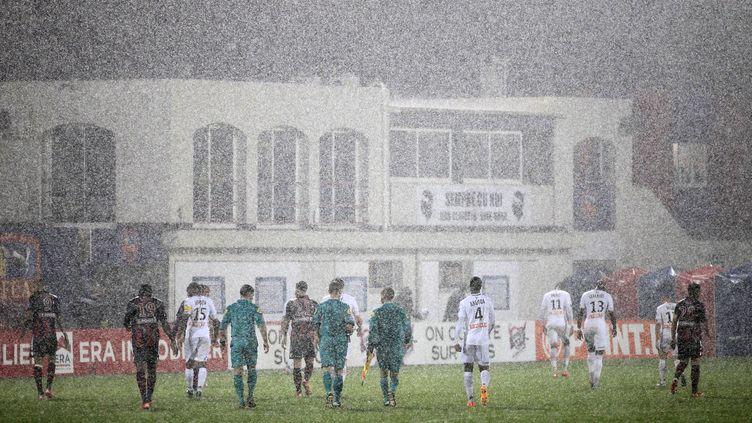 Les trombes d'eau ont causé l'interruption puis l'arrêt du match. (PASCAL POCHARD CASABIANCA / AFP)