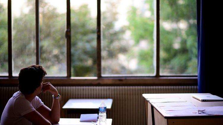 Une lycéene dans une salle de classe, le 15 juin 2017, à Paris. (MARTIN BUREAU / AFP)