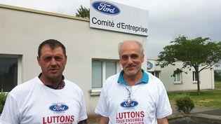 Le secrétaire CGT du comité d'entreprise de Ford Blanquefort Gilles Lambersend, avec Philippe Poutou, secrétaire de la CGT sur le site de l'usine. (ISABELLE RAYMOND / FRANCEINFO)