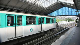 Une photo, prise en 2011, montre une rame de la ligne 6 du métro parisien à la station Bir Hakeim. (PHOTO12 / GILLES TARGAT / AFP)