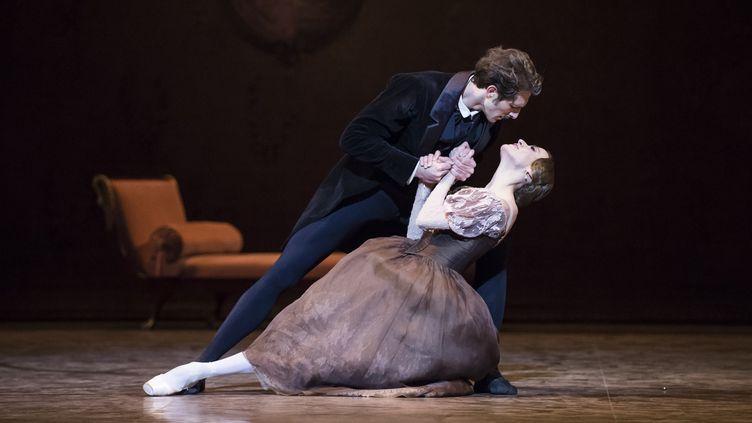 """Mathieu Ganio et Ludmila Pagliero dans """"Onéguine"""" de John Cranko  (Julien Benhamou/Opéra national de Paris)"""