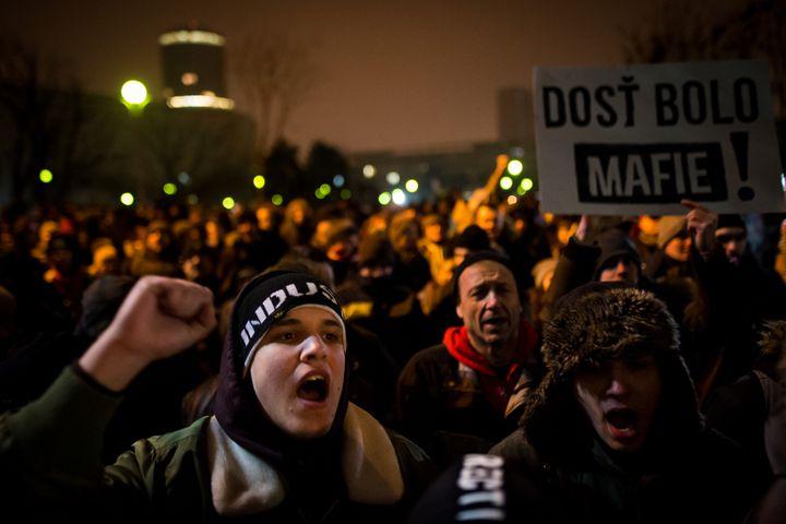 Une manifestation contre la corruption dans les rues de Bratislava (Slovaquie), après le meurtre du journaliste Jan Kuciak, le 2 mars 2018. (VLADIMIR SIMICEK / AFP)