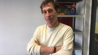 Le réalisateur français Bertrand Bonello le 22 janvier 2021. (Jacky Bornet / France Info)
